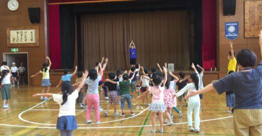 放課後の学童でも世界のダンス体験を!ひぐらし小にこにこスクール訪問!